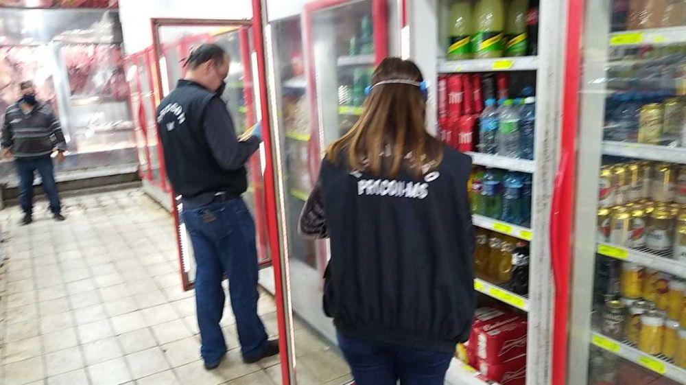 Fiscais averiguam produtos em supermercado de Campo Grande (Foto: Divulgação/Proncon)