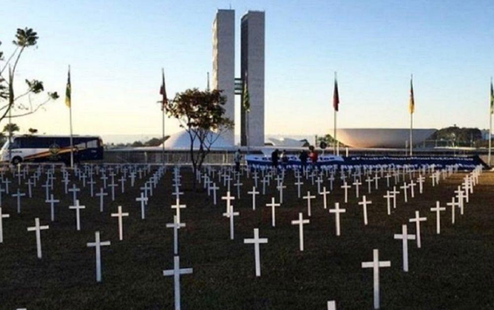 A Praça dos Três Poderes amanheceu repleta de cruzes, para marcar a memória de brasileiros que perderam a vida - Crédito: Divulgação