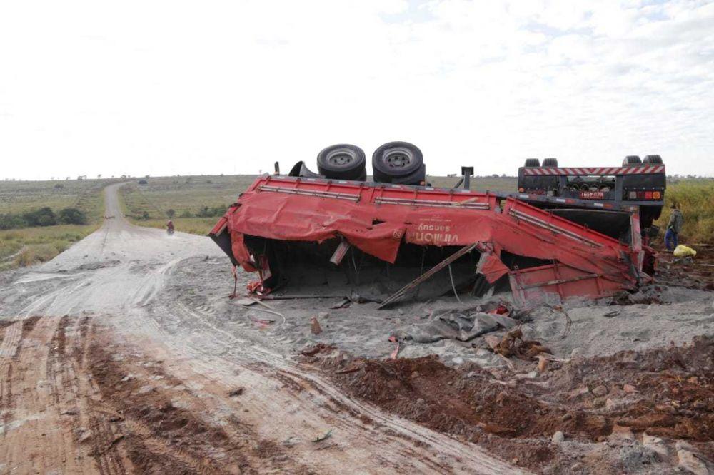 Carreta continua no local do acidente; calcário ficou esparramado na pista. (Foto: Kísie Ainoã)