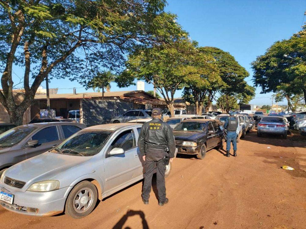 Carros com contrabando, na sede do DOF, em Dourados (Foto: Divulgação)