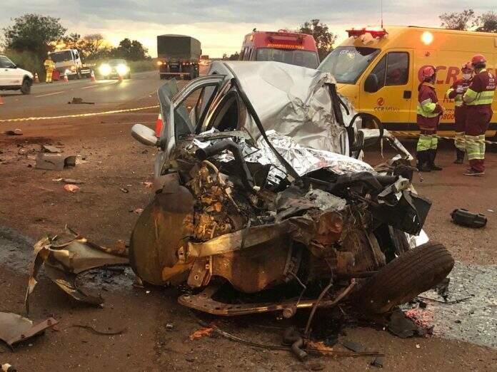 Dianetira do Renault Logan ficou bastante destruída depois da colisão com caminhão carregado de cana-de-açúcar. (Foto: Rones Cezar/Alvorada Informa)