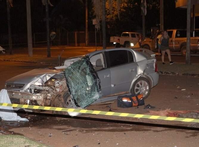 Carro ficou completamente destruído após batida. (Foto: Chapadense News)