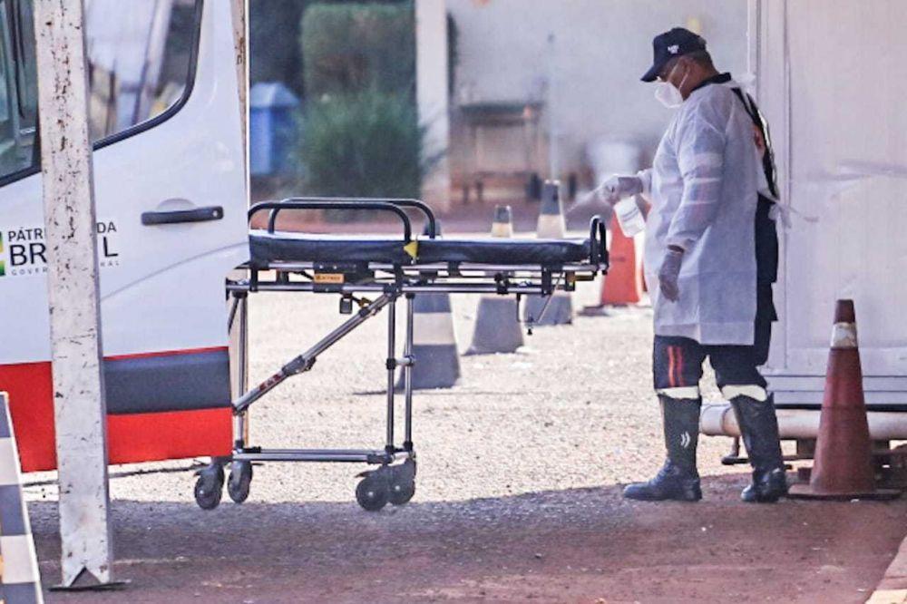Socorrista higieniza maca após transporte de paciente ao Hospital Regional, em Campo Grande (Foto: Marcos Maluf/Arquivo)