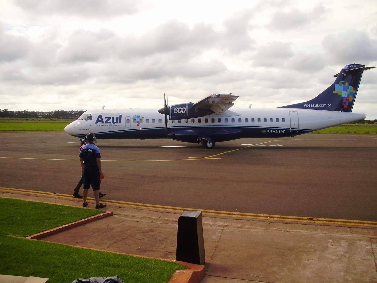 Avião da Azul no aeroporto de Dourados antes da suspensão dos voos em março (Foto: Divulgação)