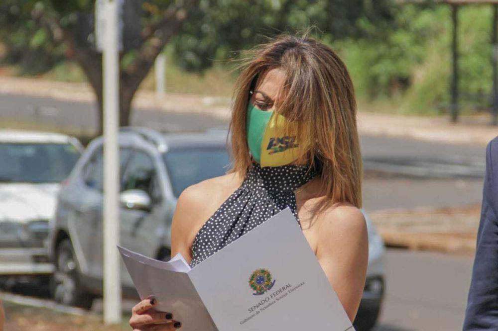 Soraya Thronicke na frente do Tribunal Regional Eleitoral, com a documentação que seria protocolada. (Foto: Silas Lima)