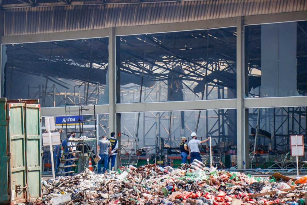 Apenas dois setores do supermercado, que não correm risco de desabamento, passam por perícia nesta manhã. (Foto: Henrique Kawaminami)