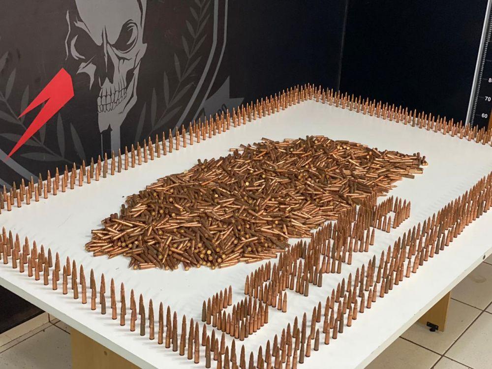 Aproximadamente 43 kg de munições foram encontradas dentro de um papelão - Crédito: Divulgação