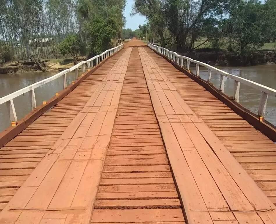 Ponte de madeira sobre o Rio Dourados (Foto: Agesul)