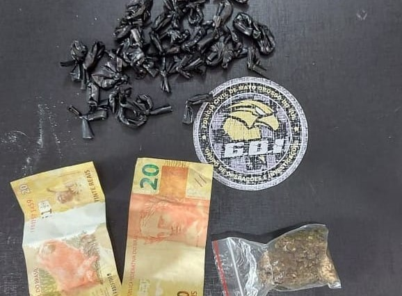 Eles foram flagrados com 32 porções de cocaína - Crédito: Divulgação