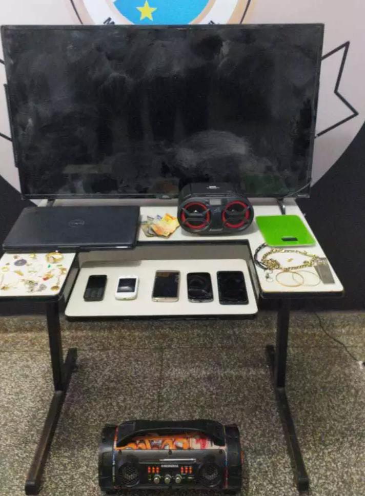 Objetos roubados da casa da idosa foram recuperados pela polícia (Foto/Divulgação)