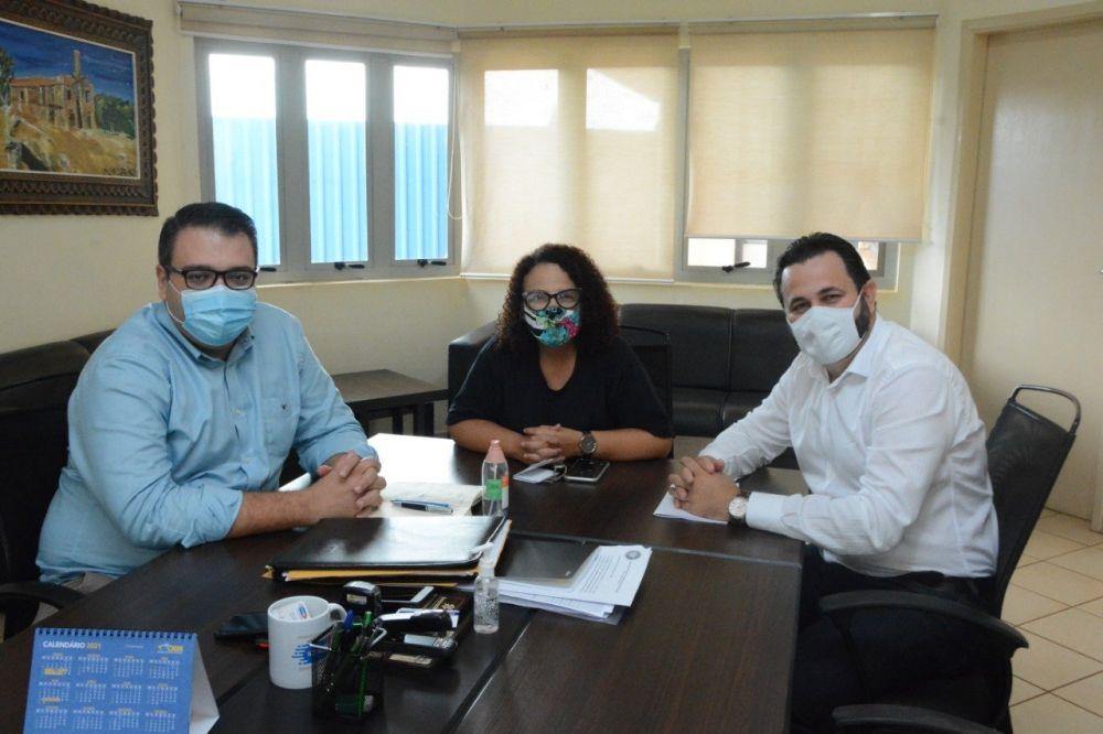 Diretor e coordenadora do Lar Ebenezer, durante reunião com o prefeito Alan Guedes. (Foto: Divulgação).