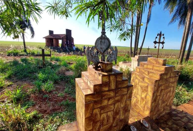 Cemitério ao lado da capelinha é parada obrigatória do grupo de ciclistas - Crédito: Divulgação