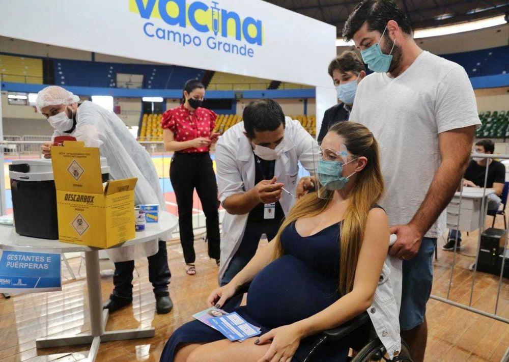 Gestante recebendo dose da Pfizer esta tarde no Guanandizão. (Foto: Paulo Francis)