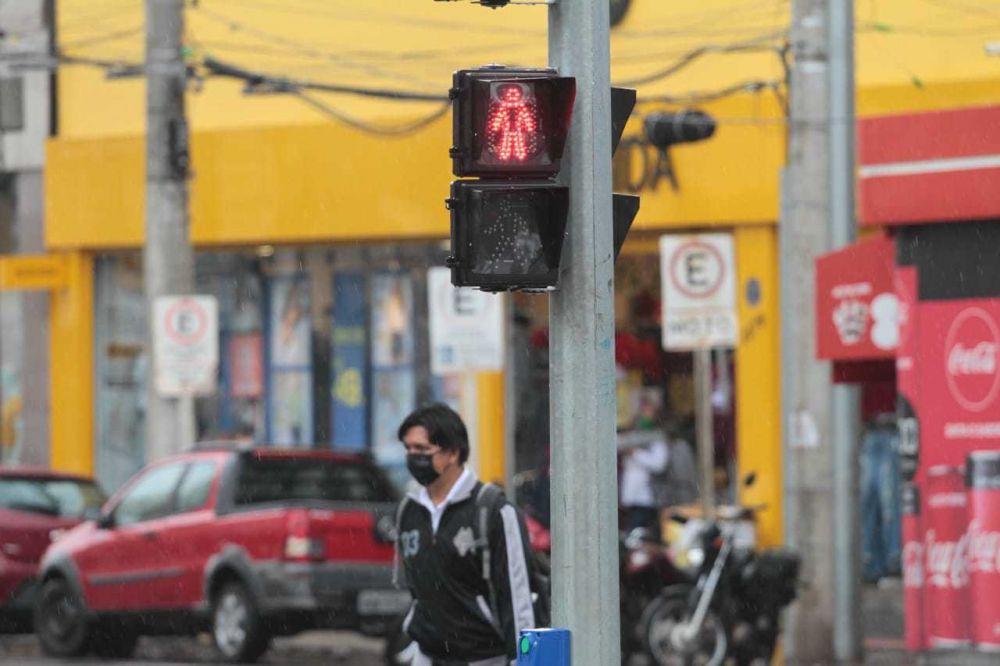 Homem atravessa rua da Capital, que está no grau extremo de contágio (Foto: Marcos Maluf)