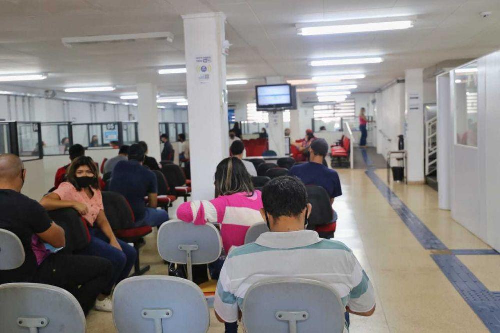Trabalhadores aguardando atendimento na sede da Funsat em Campo Grande (Foto: arquivo /Campo Grande News)