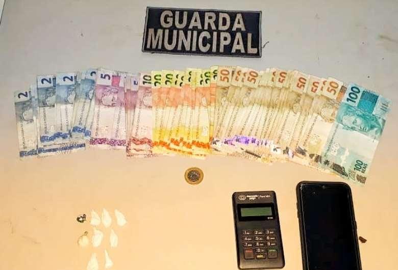 Dinheiro, droga e outros objetos foram apreendidos com o suspeito - Crédito: Divulgação/Guarda Municipal de Dourados