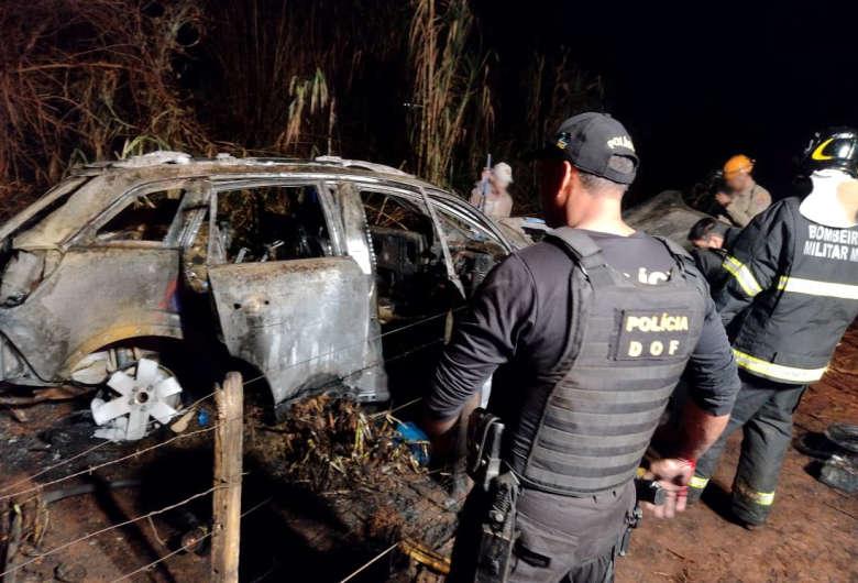 Veículo pegou fogo durante a fuga - Crédito: Divulgação DOF