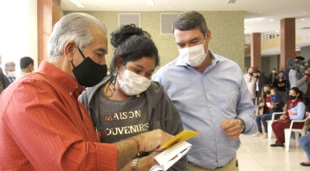Governador Reinaldo e secretário Edurdo Riedel (Seinfra) entregam cartão Mais Social para população vulnerável (Foto: Chico Ribeiro)