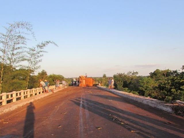 A retirada do veículo foi concluída as 17h, mas os funcionários levaram cerca de mais duas horas para limpar a pista. (Foto: Ifato)