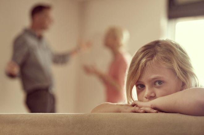 Comportamentos como gritos e demonstrações mútuas de raiva diante dos filhos podem ter impacto duradouro na saúde mental e relacionamentos futuros das crianças / Foto: Getty Images