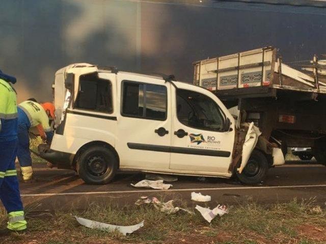 Veículo ficou preso entre duas carretas. - Crédito: (Rio Brilhante em Tempo Real)