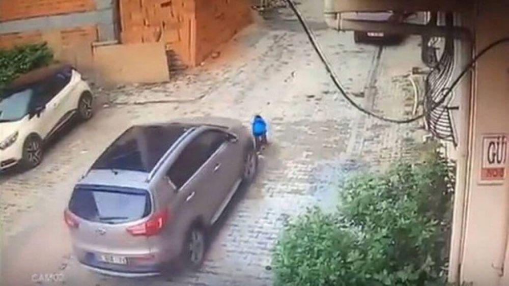 Mulher atropela o filho, de 3 anos Foto: Reprodução/YouTube(New Göktürk Dergisi)