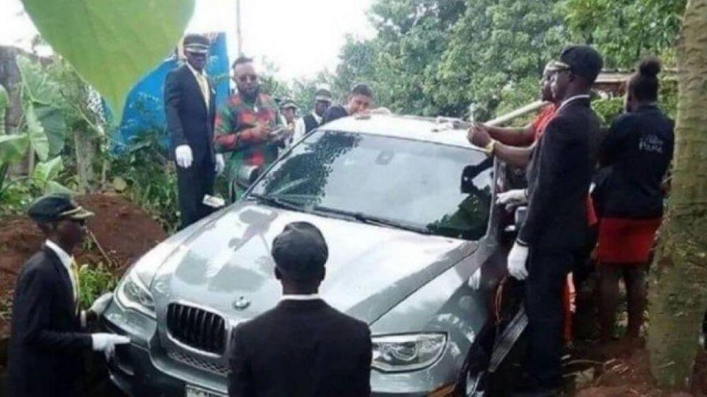 BMW é usada como caixão para enterrar nigeriano - Foto: Reprodução/Facebook(Zevi Gins)
