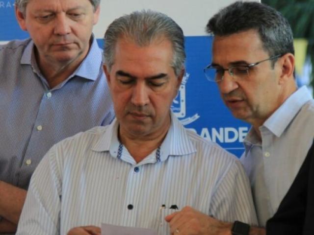 A esq, secretário Jaime Verruck, governador Reinaldo Azambuja e secretario municipal Luiz Fernando Buainain (Foto: Marina Pacheco)