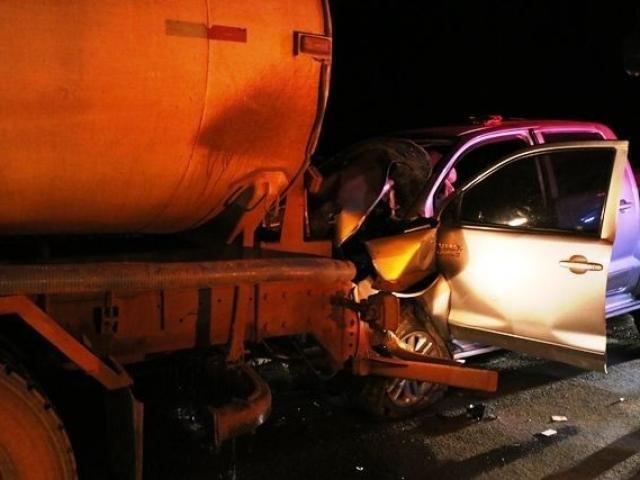 Veículo ficou completamente destruído após bater na traseira do caminhão. - Crédito: (Ivinoticias)