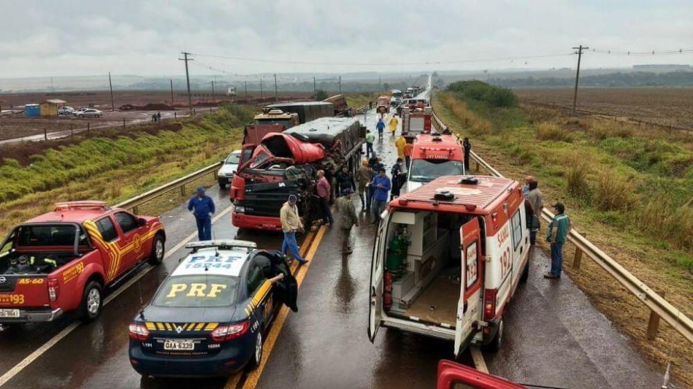 Devido ao acidente, a rodovia está interditada. (Foto: Sidnei Bronka)