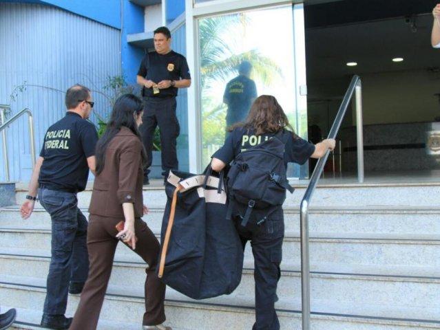 Agentes da PF entram na Superintendência com documentos apreendidos na operação. (Foto: Marina Pacheco/Arquivo).