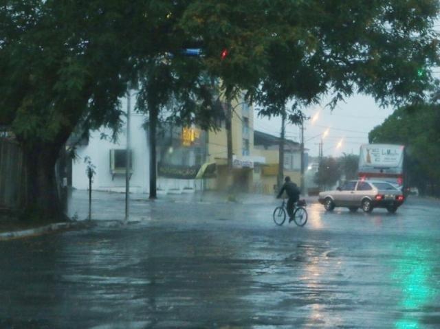 Chuva em Campo Grande na manhã desta sexta-feira. (Foto: Henrique Kawaminami)