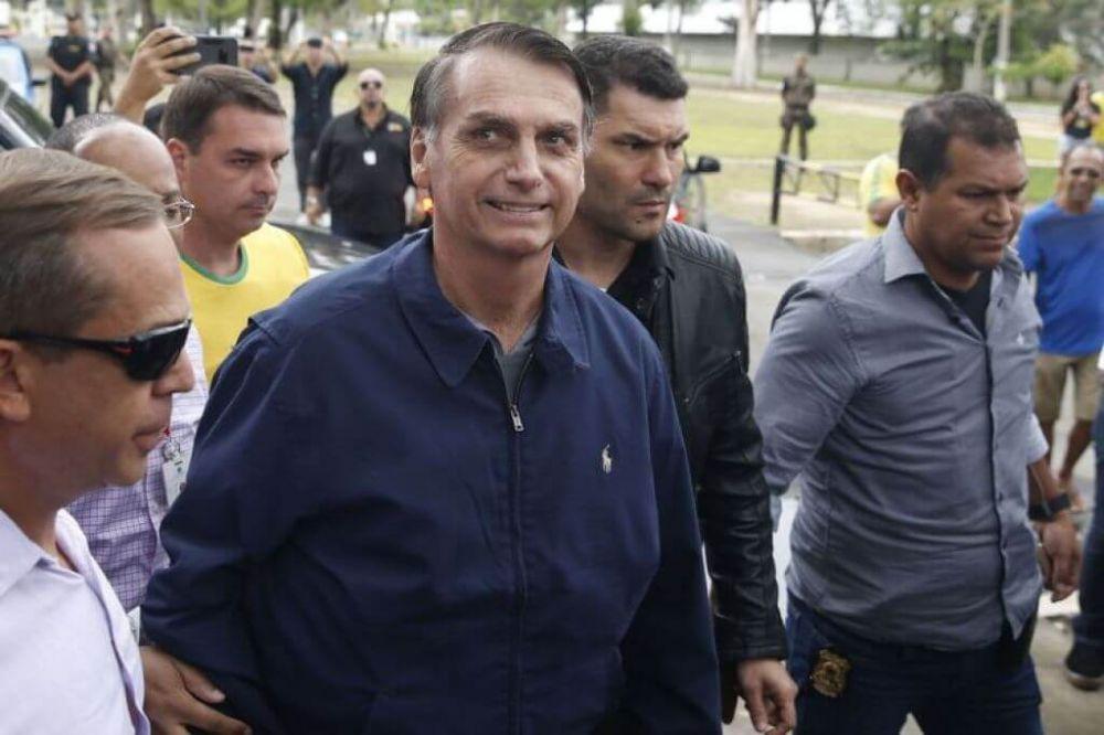 O candidato à Presidência, Jair Bolsonaro (PSL) chega à seção eleitoral, na Vila Militar (Foto: Tânia Rêgo/Agência Brasil)