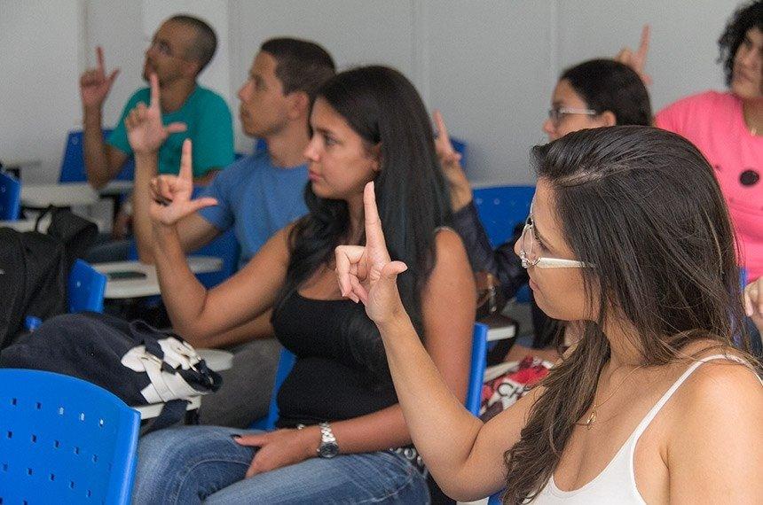 Aula de língua brasileira de sinais na UnB: ensino poderá ser estendido a alunos da educação básicaIsa Lima/UNB