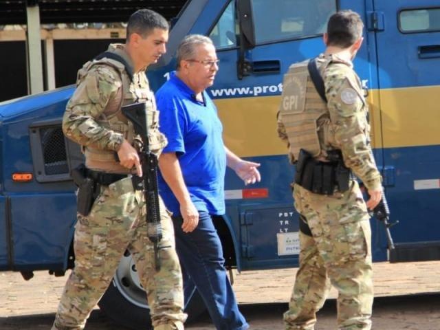 Um dos presos na prisão chegando à Superintendência da Polícia Federal em Campo Grande (Foto: Marina Pacheco)