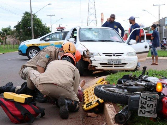 Bombeiros durante atendimento à vítima de acidente entre carro e moto - Crédito: Campo Grande News