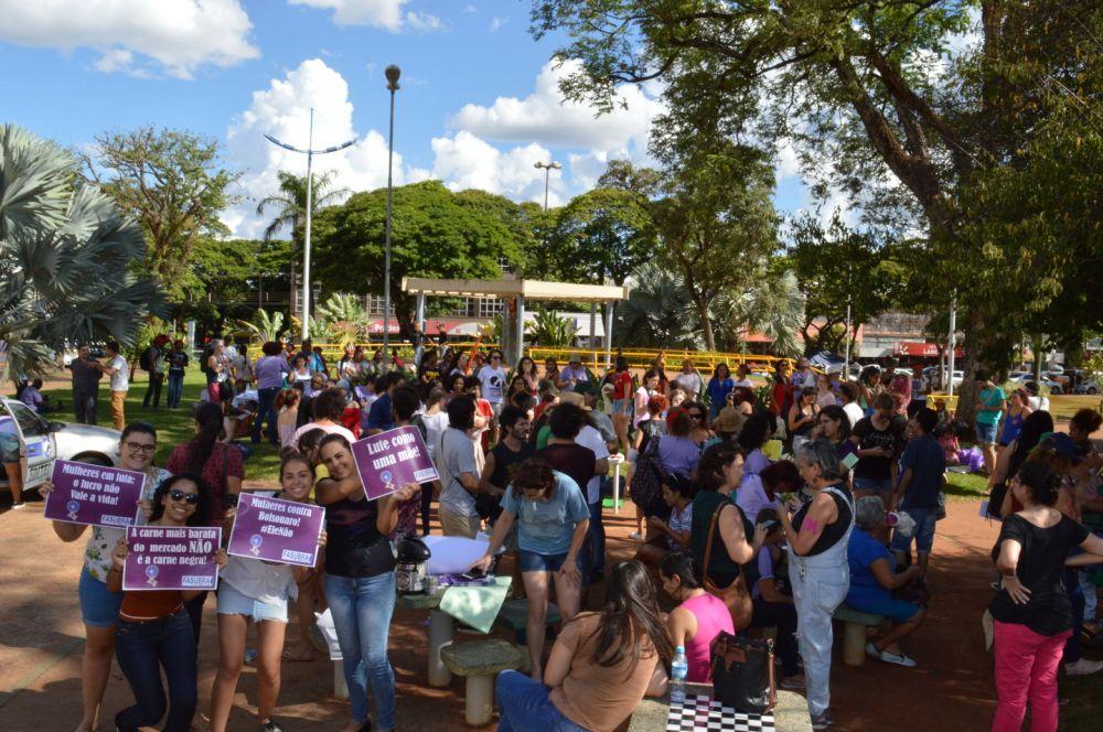 Movimento levou grande grupo ao centro de Dourados - Crédito: Gizele Almeida