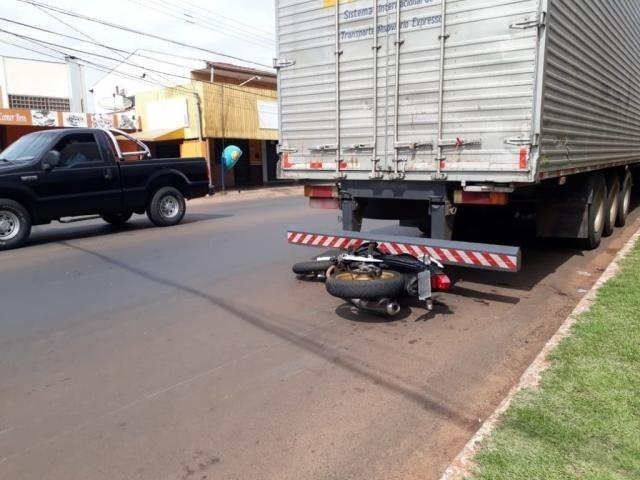Motocicleta da vítima ficou presa sob o caminhão. - Crédito: (Fernanda Palheta)