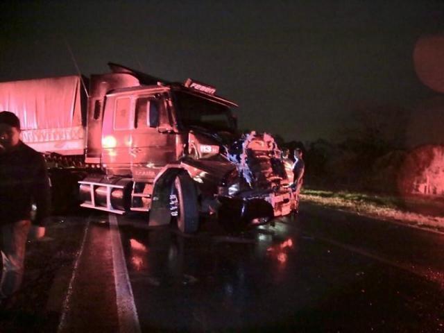 Parte frontal da carreta ficou completamente destruída. - Crédito: (Nova News)