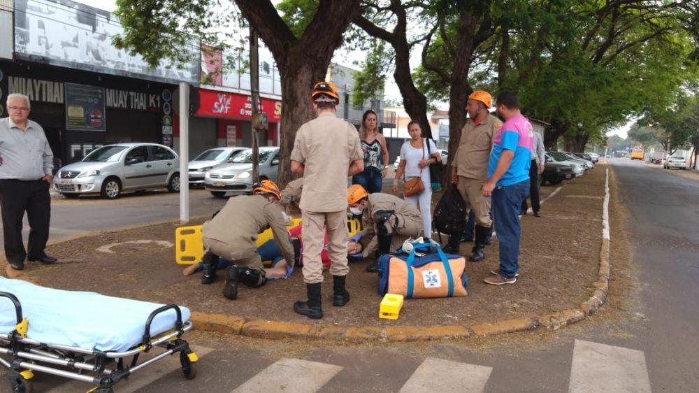 Mulher é socorrida pelo Corpo de Bombeiros Militar. - Crédito: Osvaldo Duarte/Dourados News