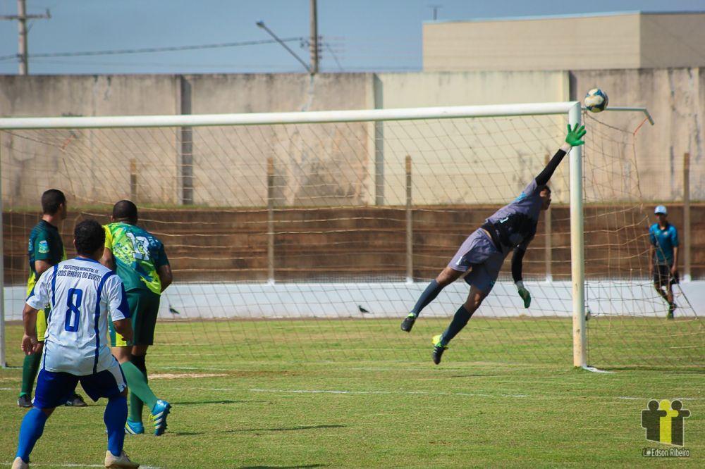 Dois Irmãos, de branco, fez 7 a 0 em Figueirão - Crédito: (Edson Ribeiro)