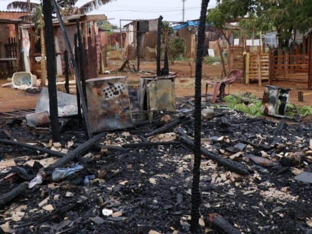 Barraco foi totalmente destruído pelas chamas. (Foto: Henrique Kawaminami)
