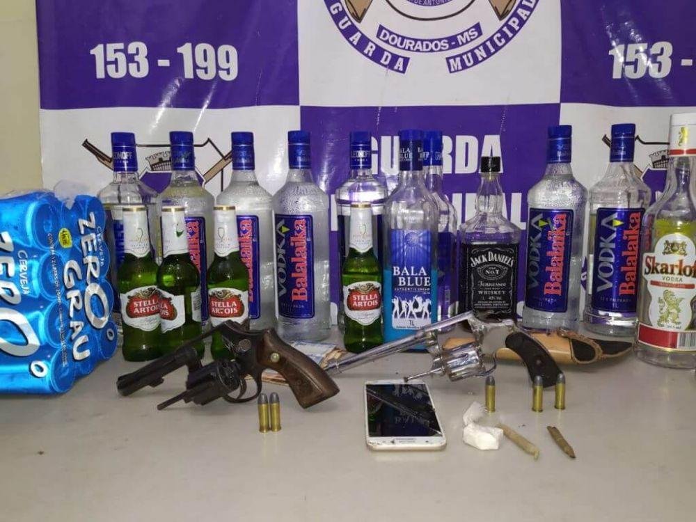 Armas, drogas e bebidas alcoólicas apreendidas pela polícia - Foto: Sidnei Bronka