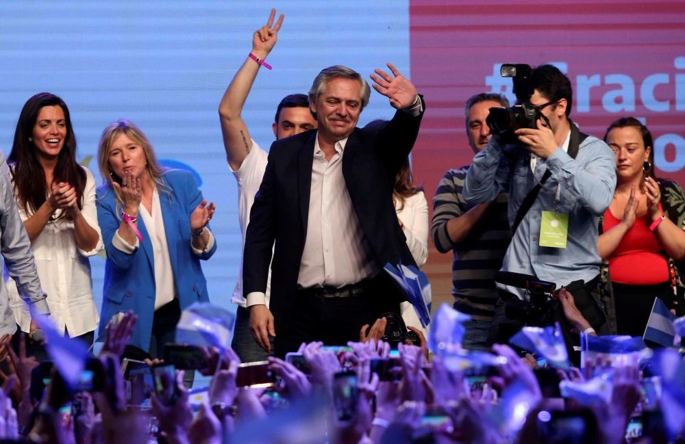 Alberto Fernández cumprimenta apoiadores em comício após se eleger presidente da Argentina neste domingo (27) - Crédito: Agustin Marcarian/Reuters