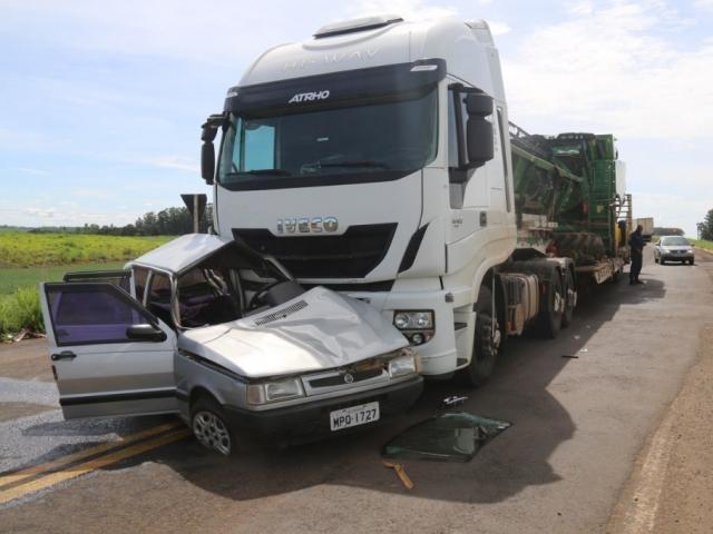 Colisão entre carreta e carro na manhã deste domingo - Crédito: (Jovem Sul News)