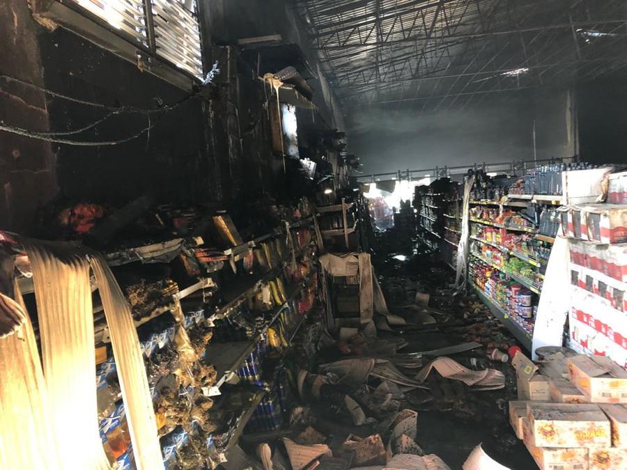 Supermercado foi destruído pelas chamas - Crédito: Nova News