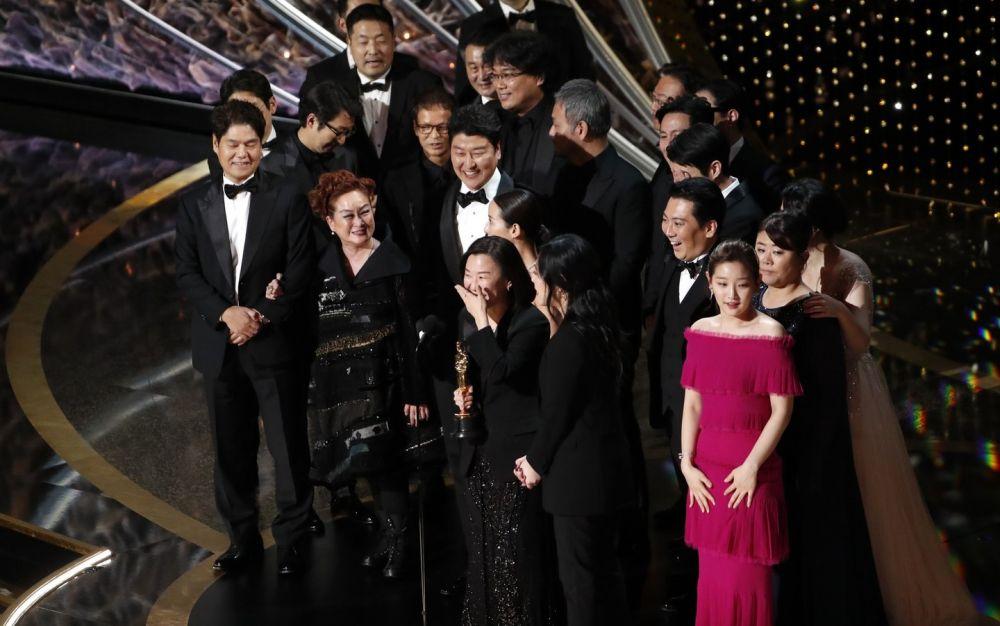 Elenco e equipe de 'Parasita' no palco para receber estatueta de melhor filme no Oscar 2020 - Crédito: Mario Anzuoni/Reuters