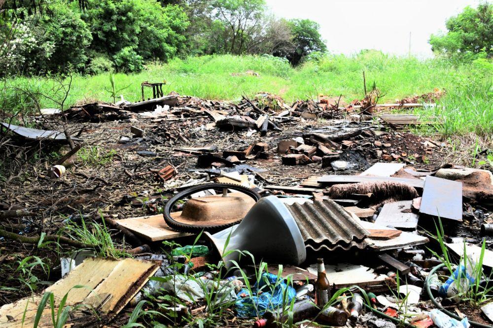 Avanço da dengue ocorre em meio ao descarte irregular de lixo na cidade - Crédito: Hedio Fazan/Dourados News