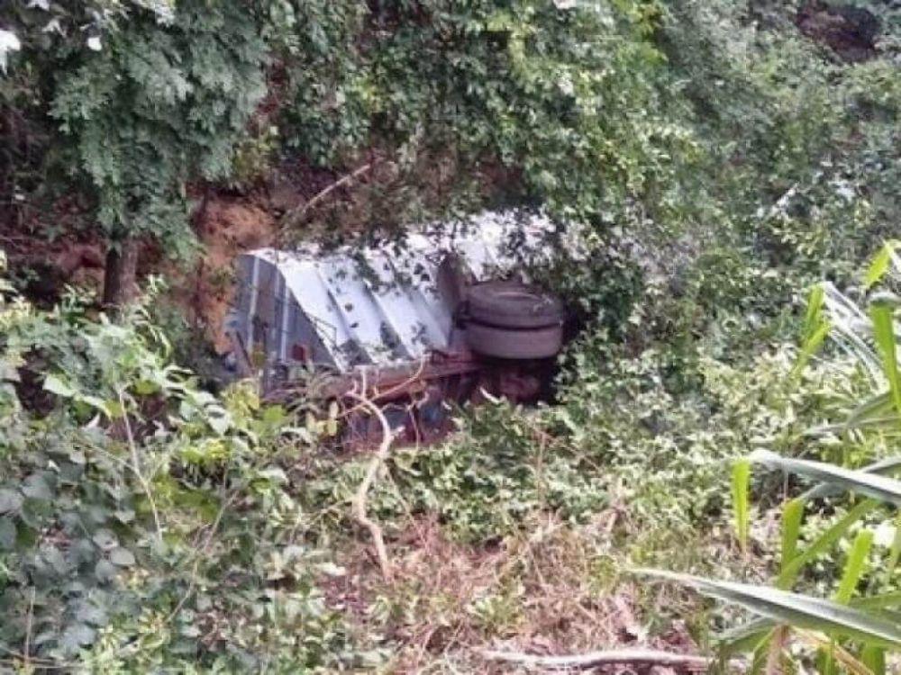 Veículo caiu em barranco às margens de estrada. (Foto: Divulgação/Corpo de Bombeiros)